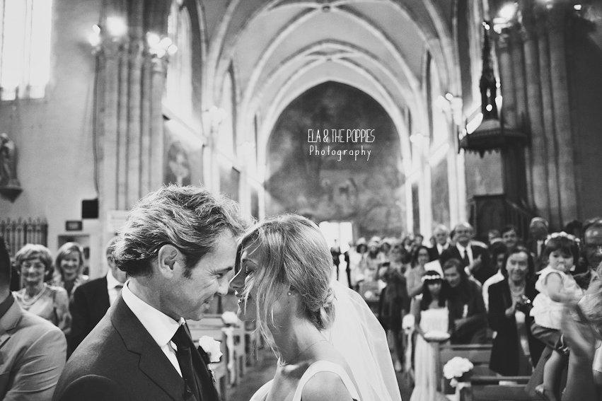 photo de mariage noir et blanc eglise
