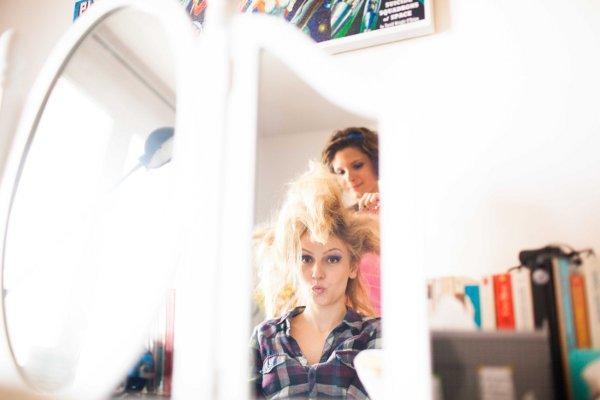 la mariee-se-faisant-coiffer