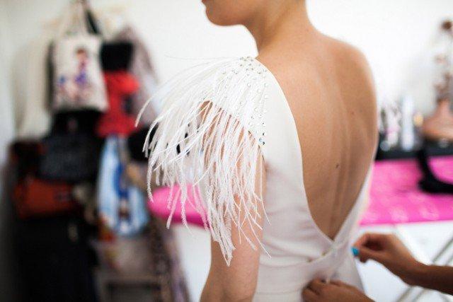 robe de mariee plumes epaule