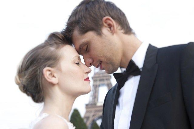 Mariés à Paris devant la tour eiffel / Parisian wedding / photos Djamel photography/ + withalovelikethat.fr