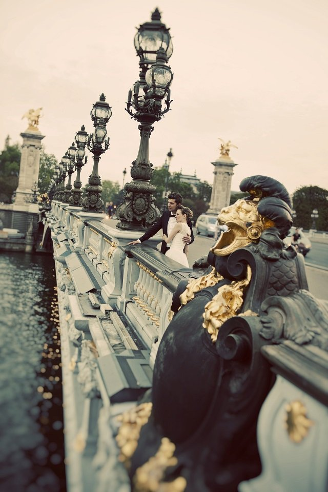 Mariés sur le pont Alexandre III / photographe Djamel photography / + sur withalovelikethat.fr
