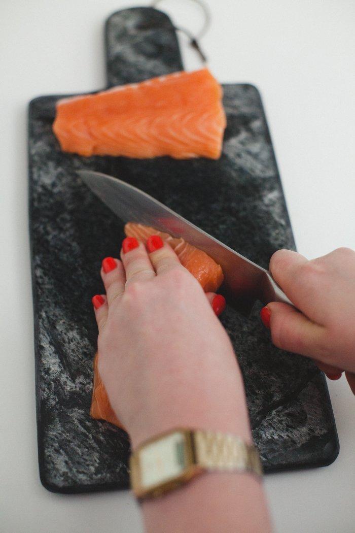Sashimi de saumon à l'huile de truffe, riz noir façon risotto aux radis, mini-légumes glacés et œufs de poisson volant par Julie Basset / photographe Alex Tome / la recette complète sur withalovelikethat.fr