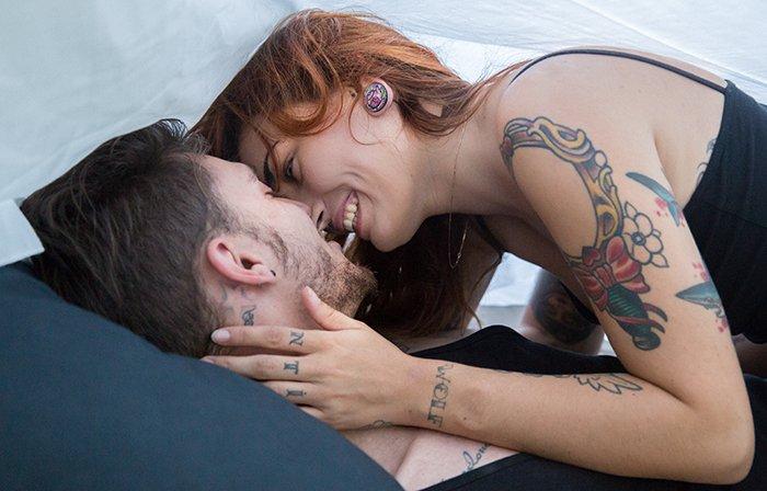 Une bataille d'oreiller en amoureux / photographe mya photography / publié sur withalovelikethat.fr