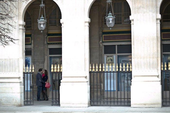 des amoureux au Palais Royal, Paris / photographe rock my wedding / publié sur withalovelikethat.fr