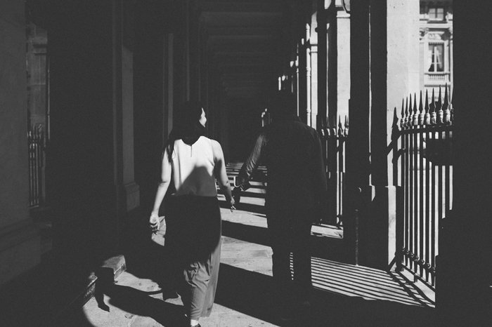 Séance engagement Paris noir et blanc / photographe the quirky / publié sur withalovelikethat.fr