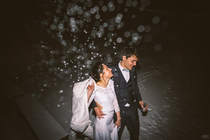 des mariés dans la neige / photographe STREETFOCUS / publié sur withalovelikethat.fr
