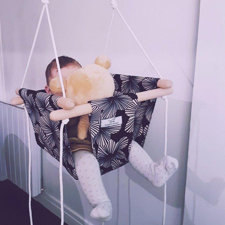idées cadeaux bébé : balancoire d'intérieur bébé / publié sur withalovelikethat.fr